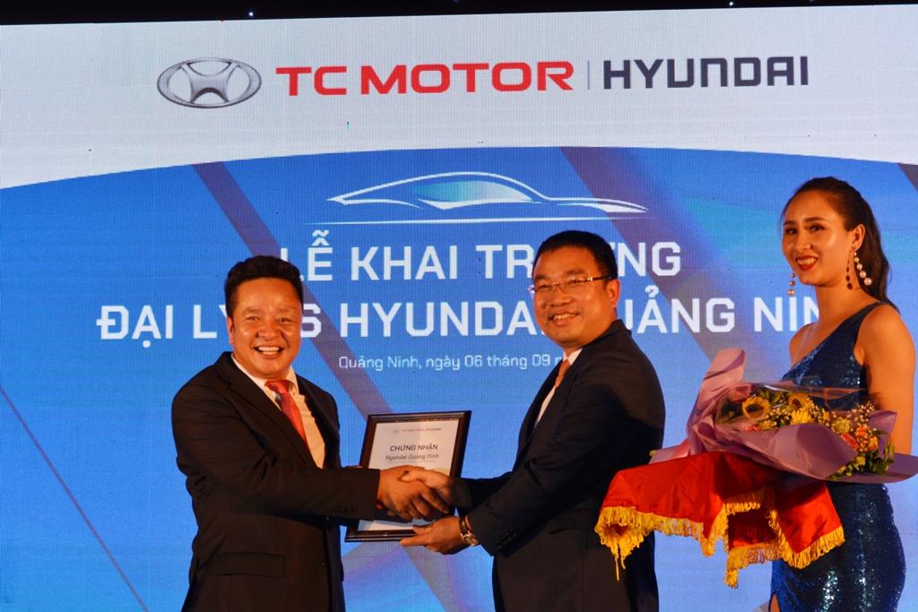 Tổng giám đốc Huyndai Thành Công Việt Nam trao chứng nhận đại lý 3S cho ông Đỗ Duy Thắng - Giám đốc Huyndai Quảng Ninh cơ sở 2